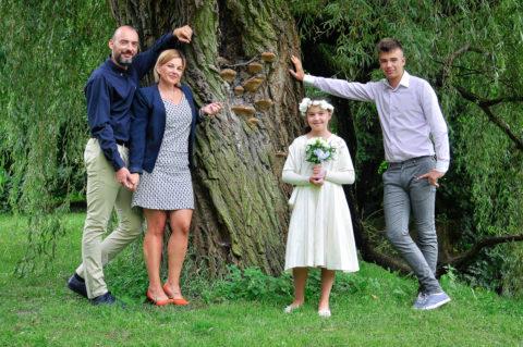 Sesja fotograficzna komunijna rodzinna - wogrodzie botanicznym